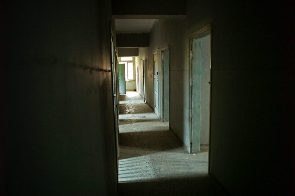 άδειοι διάδρομοι στο ψυχιατρείο