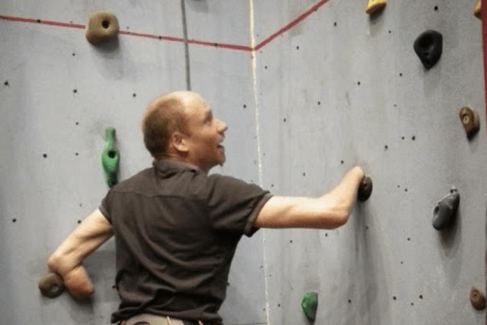 O Tζέιμι Άντριου κάνει αναρρίχηση χωρίς χέρια και με πρόσθετα μέλη