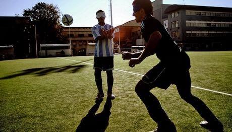 Τυφλός Παίκτης ποδοσφαίρου με μάσκα στο πρόσωπο