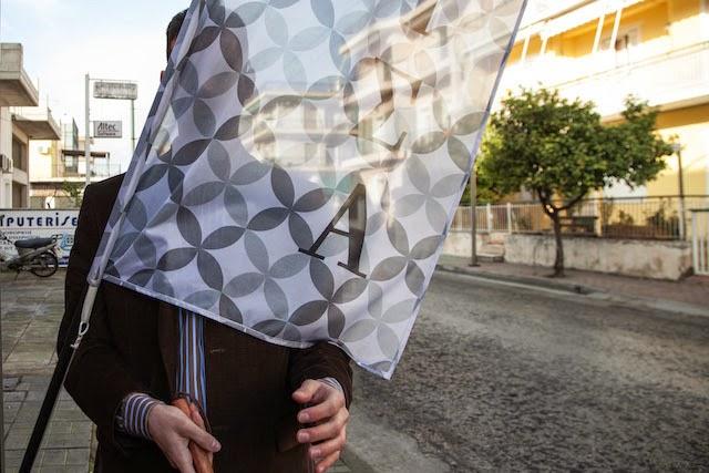 Ο Βαγγέλης περπατώντας βρίσκει εμπόδιο μια σημαία