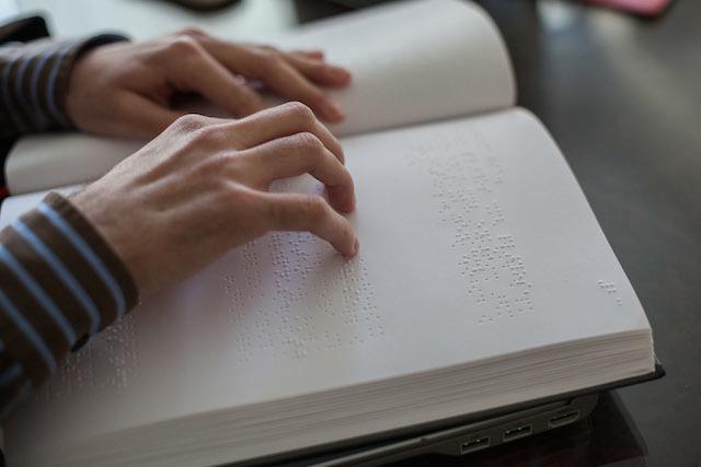 ο Βαγγέλης διαβάζει braille