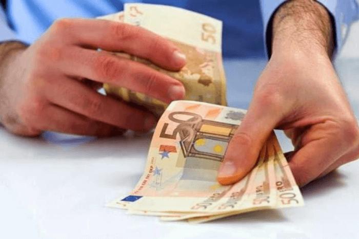 χαρτονομίσματα των 50€ σε χέρι