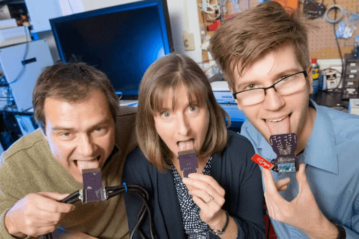 τρεις επιστήμονες με συσκευή στη γλώσσα