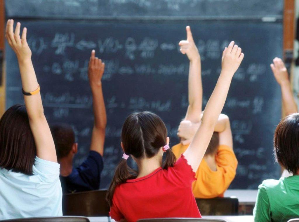 Παιδιά με σηκωμένα χέρια στο σχολείο