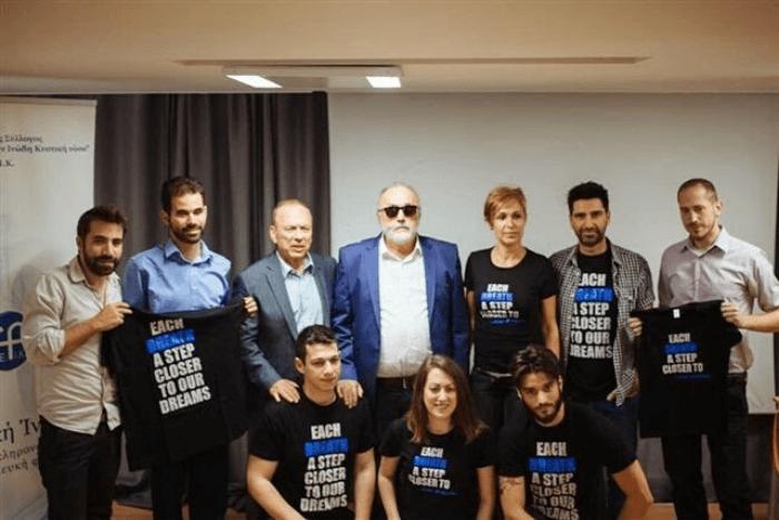 Ο Παναγιώτης Κουρουμπλής, ο Βαγγέλης Αυγουλάς και ο Δημήτρης Κοντοπίδης μαζί με μέλη του συλλόγου της Κυστικής Ίνωσης