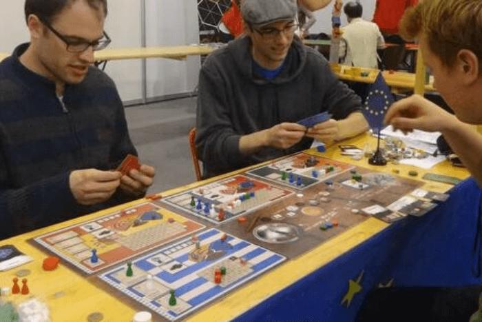 Νέοι που παίζουν επιτραπέζιο παιχνίδι