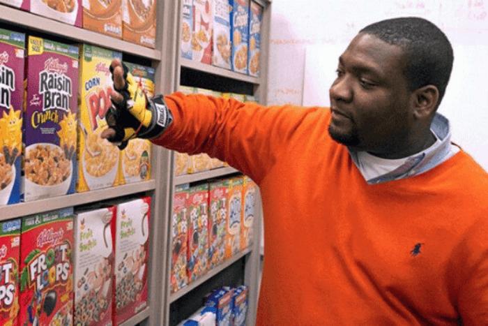 άνδρας που φοράει έξυπνο γάντι και ψωνίζει στο σούπερ μάρκετ