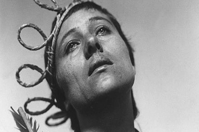 γυναίκα με δάκρυα και συρματόπλεγμα στο κεφάλι
