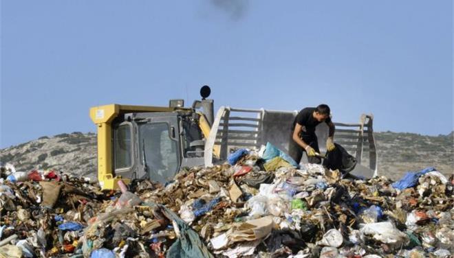 εργαζόμενος στη χωματερή