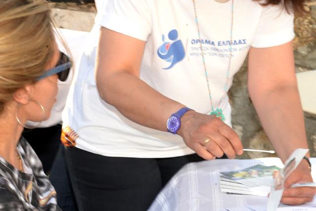 Εθελόντρια δίνει δείγμα σάλιου