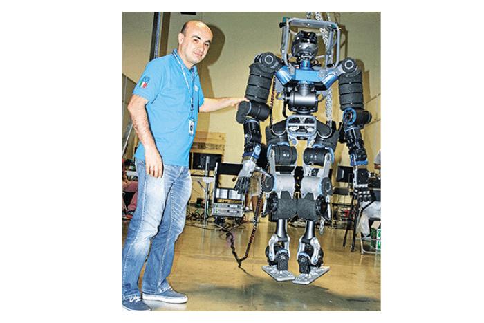 Ο Νίκος Τσαγκαράκης με Ρομπότ