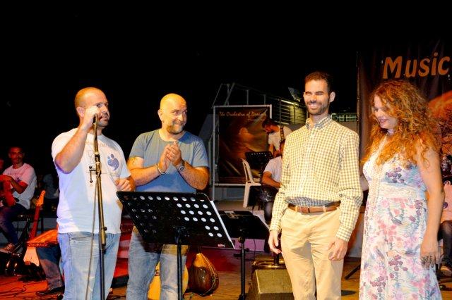 Επί σκηνής ο Βαγγέλης Αυγουλάς, ο Μπάμπης Στόκας, η Ελένη Τσαλιγοπούλου και ο Γιάννης Γαβράς