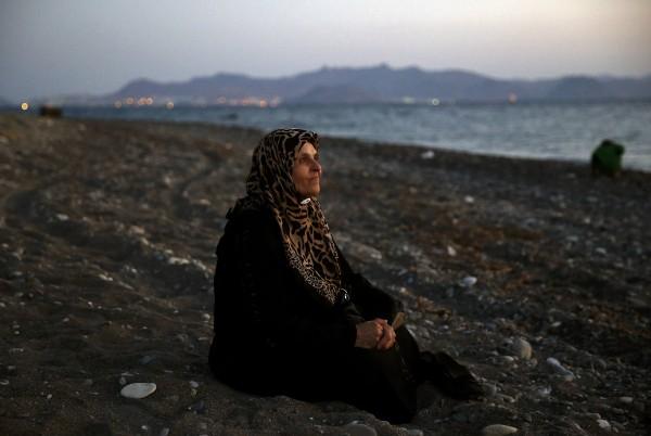 Τυφλή γυναίκα πρόσφυγας 60 ετών καθισμένη στην αμμουδιά