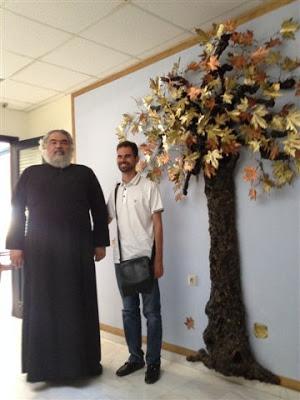 Ο Βαγγέλης Αυγουλάς με τον πάτερ Αντώνιο Αρετάκη