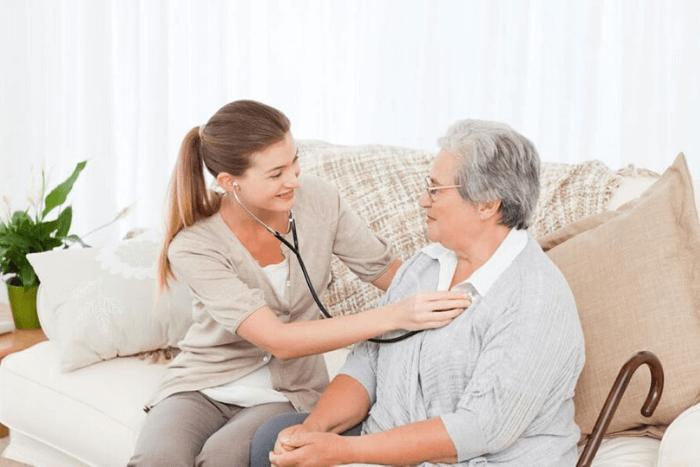 νοσηλεύτρια εξετάζει ηλικιωμένη γυναίκα