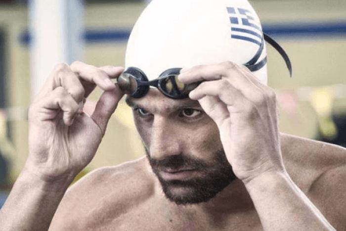 Ο Αντώνης Τσαπατάκης σε πισίνα με γυαλιά και σκουφάκι