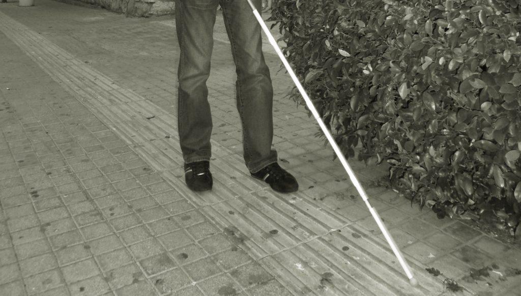 Ο Βαγγέλης Αυγουλάς περπατάει με το λευκό μπαστούνι