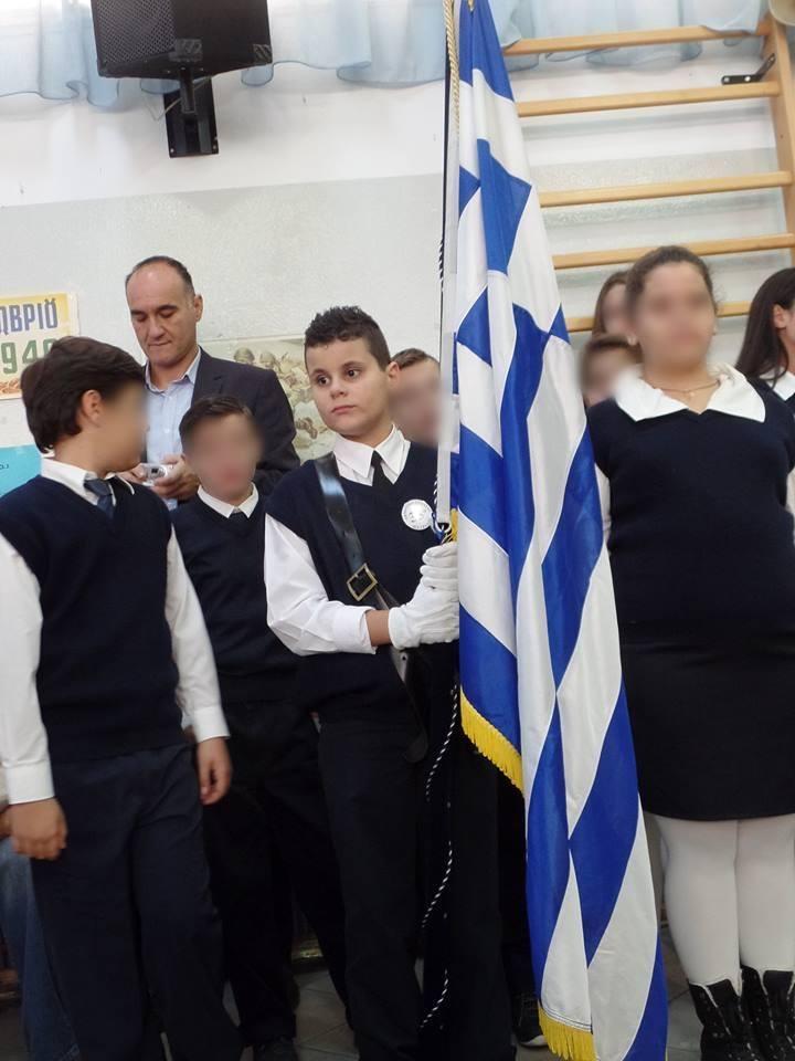 Ο Γιάννης Πολονύφης με τη σημαία