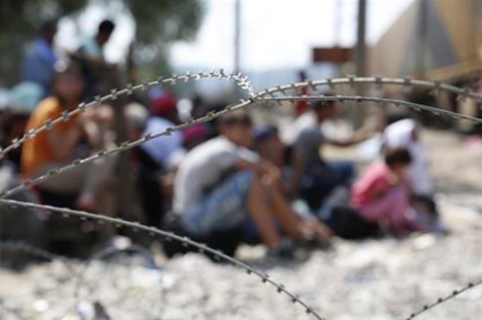 Αγκαθωτοί φράχτες και πρόσφυγες πίσω