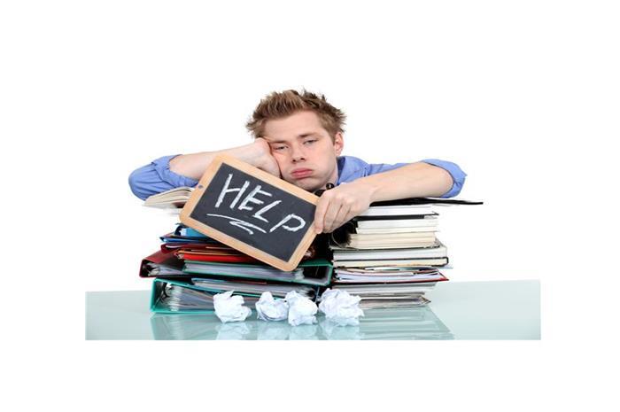 Μαθητής πάνω από βιβλία αγανακτησμένος