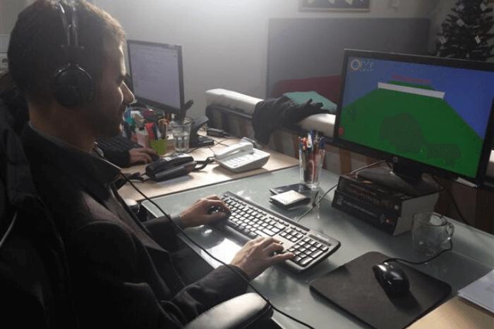 Ο Βαγγέλης Αυγουλάς μπροστά σε οθόνη με παιχνίδι