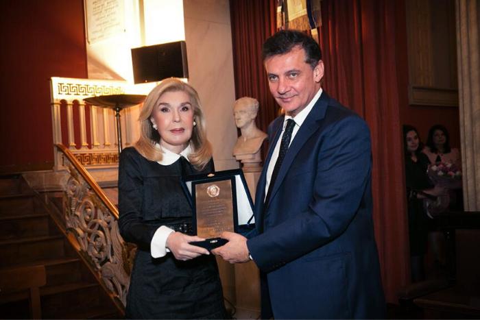 Η Μαριάννα Βαρδινογιάννη βραβεύεται από τον Πρύτανη