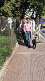 Ο Βαγγέλης Αυγουλάς κάνει βόλτα με σκύλο οδηγό