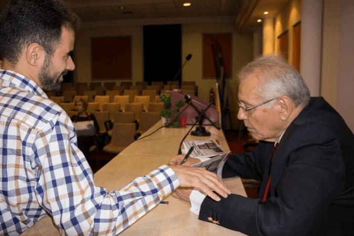 Ο Δημήτρης Κωνσταντάρας υπογράφει βιβλίο στον Βαγγέλη Αυγουλά