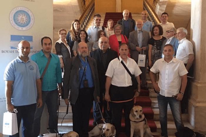 Εκπρόσωποι τυφλών σωματείων και σκύλοι οδηγοί στη Βουλή