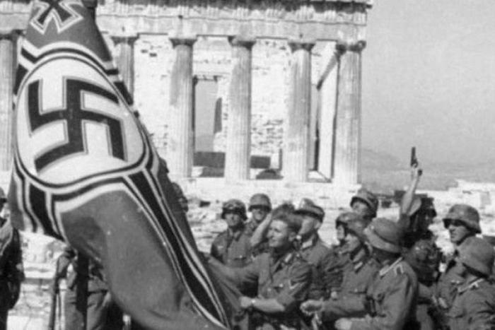 Γερμανοί στρατιώτες με γερμανική σημαία στην Ακρόπολη