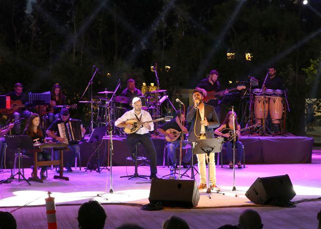 Ο Θοδωρής Κυριακόπουλος στη σκηνή τραγουδάει