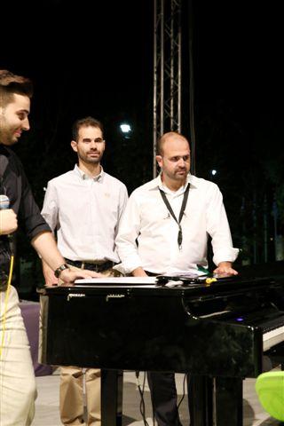 Ο Μίμης Πλέσσας παίζει πιάνο