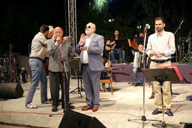 Ο Μίμης Πλέσσας στη σκηνή ο κ. Κουρουμπλής και ο κ. Αυγουλάς δίπλα του χειροκροτάνε