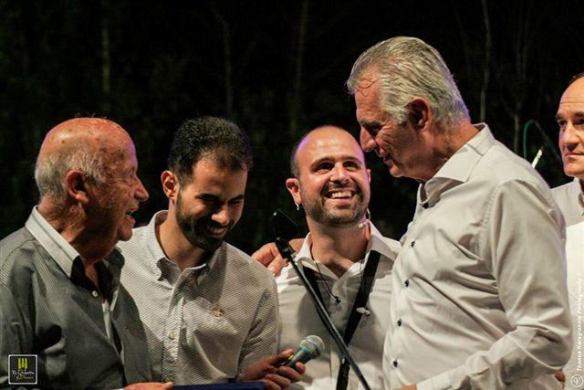 Ο Γ. Γαβράς και ο Β. Αυγουλάς δίνουνε αναμνηστική πλακέτα στο μουσικοσυνθέτη