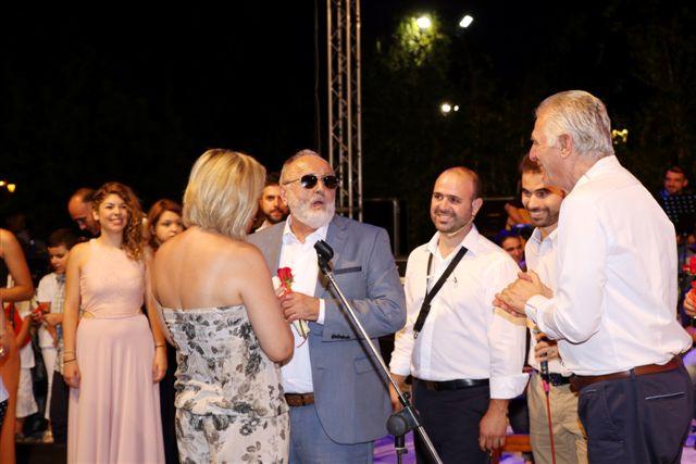 Ο Παναγιώτης Κουρουμπλής βραβεύει τη Ρίτα Αντωνοπούλου