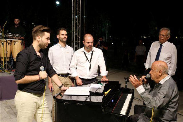 Ο Μίμης Πλέσσας στο πιάνο του μιλάει γύρω του ο Β.Αυγουλάς, ο Γ.Γαβράς, ο Δ. Κωνσταντάρας και ο Θ. Ολύμπιος