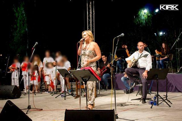 Η Ρίτα Αντωνοπούλου τραγουδάει μαζί με τη χορωδία της ορχήστρας των ονείρων