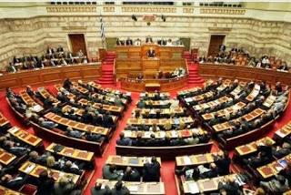 η αίθουσα της βουλής με βουλευτές
