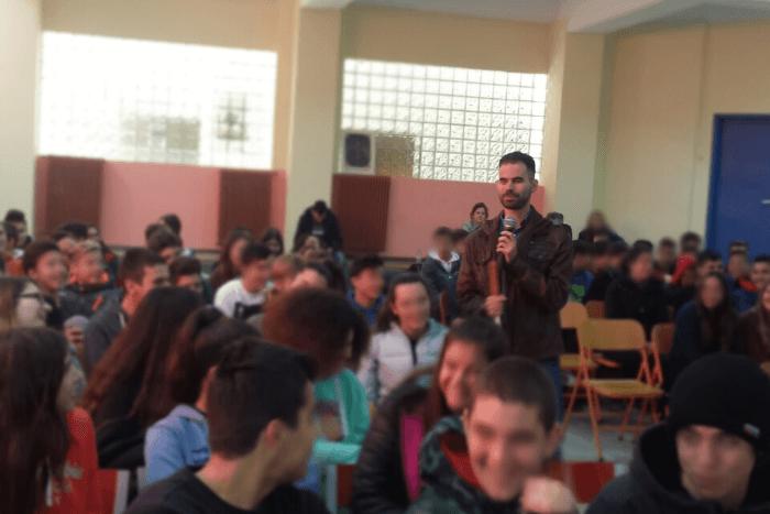 Ο Βαγγέλης Αυγουλάς ανάμεσα στους μαθητές