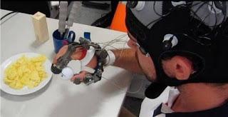 Άνθρωπος με τετραπληγία δοκιμάζει το ρομποτικό εξωσκελετό