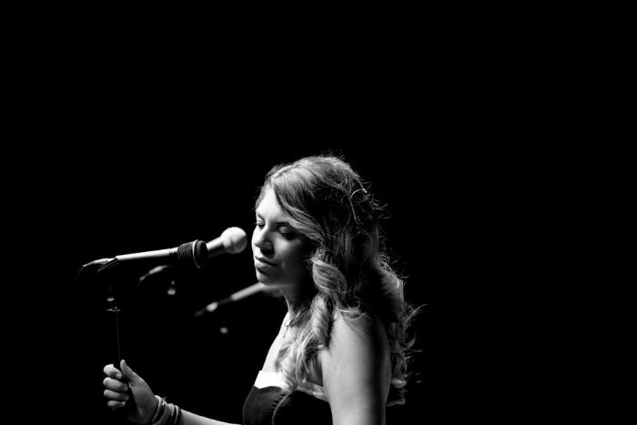 Η Ραφαέλα Πασβούρη με μικρόφωνο τραγουδάει