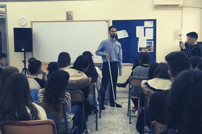 Ο Βαγγέλης Αυγουλάς με το λευκό μπαστούνι μιλάει στους μαθητές