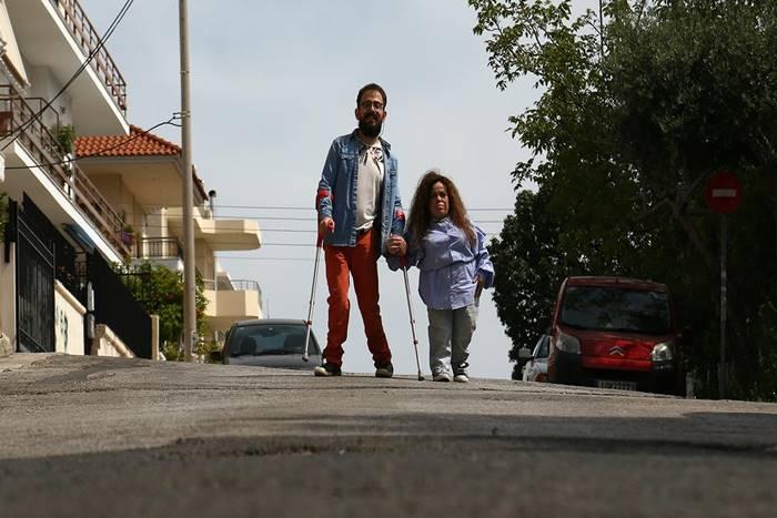 Ο Ανδρέας Κολίσογλου και η Βασιλική Δρίβα περπατούν μαζί στο δρόμο