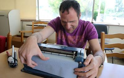 Νίκος Δημητρίου στη σχολή τυφλών με μηχανή braille