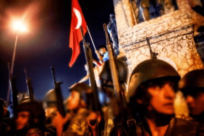 Στρατιώτες με τούρκικες σημαίες από τη βραδιά του πραξικοπήματος