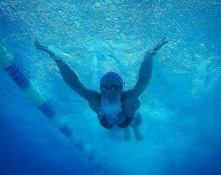Εν ώρα δράσης, στην προπόνηση, κολυμπώντας πεταλούδα.