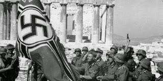 Γερμανοί με γερμανική σημαία στην Ακρόπολη