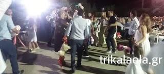 άντρας χορεύει με κόκορα στο χέρι