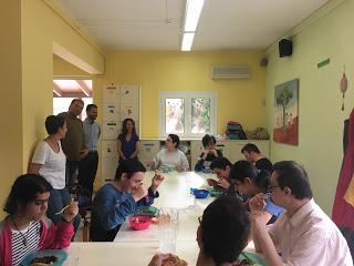 Ο Βαγγέλης επισκέπτεται τα παιδιά στην τραπεζαρία