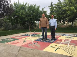 Ο Βαγγέλης και ο Παύλος Σημαντηράκης στον προαύλιο χώρο